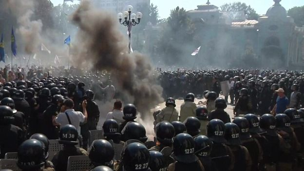 BBC: One policeman dead as violence erupts outside Ukraine parliament in Kyiv