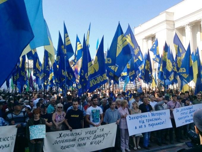 Ukraine parliament approves decentralization amid violent opposition