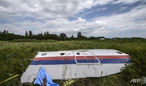 Blasts as experts finally reach MH17 crash site in Ukraine
